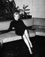 Marilyn Monroe - Marilyn Monroe on Sofa
