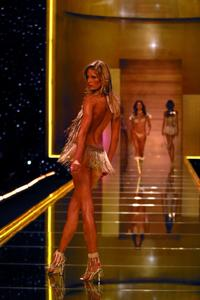 Victoria's Secret Fashion Show - 8 x 10 Color Photo #1