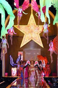 Victoria's Secret Fashion Show - 8 x 10 Color Photo #10